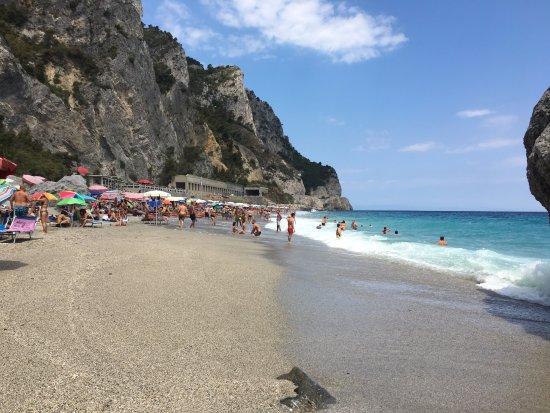 Matrimonio Spiaggia Varigotti : Spiaggia del malpasso vicino agli scogli foto di baia