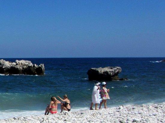 Agios Ioannis, Hellas: Mesdames et Mesdemoiselles sur la plage