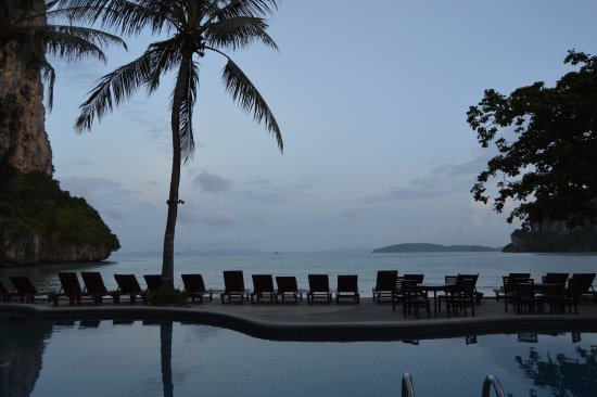 Railay Bay Resort & Spa: Early morning poolside view