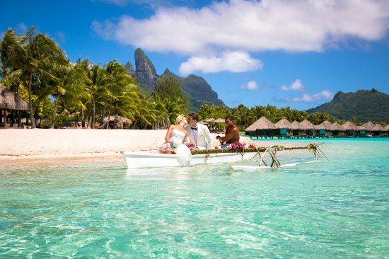 منتجع The St. Regis Bora Bora Resort: Canoe ride