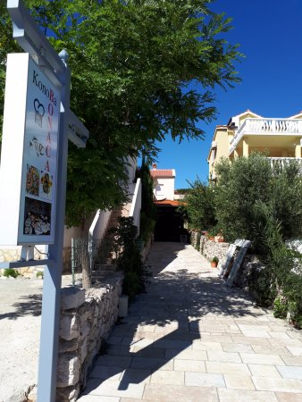 Mandre, Croatia: Our pathway to an entrance :)