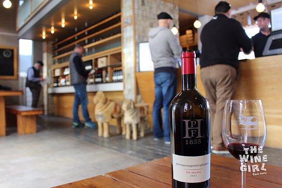 Hermanus, Afrika Selatan: inside tasting room