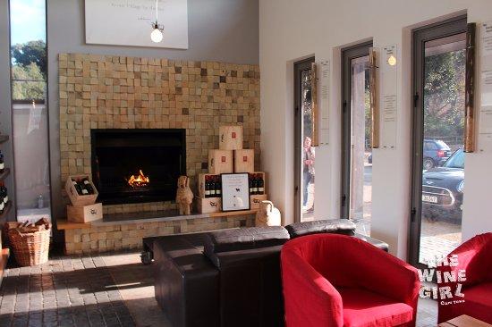 Hermanus, Afrika Selatan: Tasting room by the fireplace