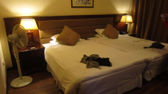 East Bourne Resort & Spa: Double twin beds, huge but clean and well-tucked in...