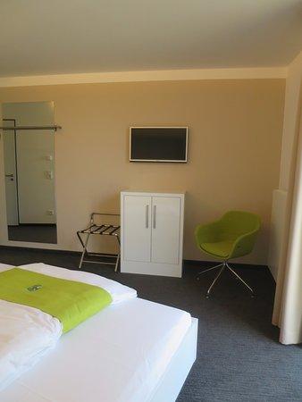 Bett und Schreibtisch - Picture of Mara Hotel, Ilmenau - TripAdvisor