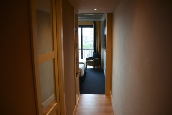 U232 Hotel: Our room was so quiet because there was a long hallway from door to living area.