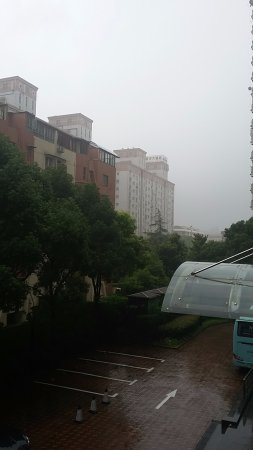 Dorsett Shanghai: Вид со 2-го этажа. Балкон