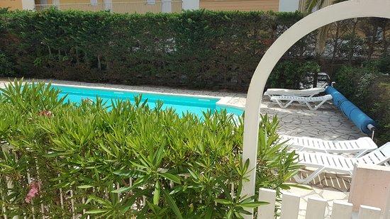 Hotel Azur: Vu de la piscine depuis la chambre