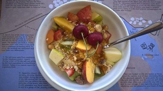 Elounda Island Villas: healthy breakfast in art café