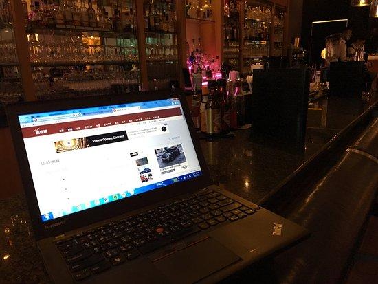 Hilton Vienna: 大廳酒吧 可以上網