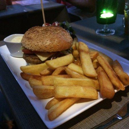 Huis Der Burgers: cheesburger met frietjes
