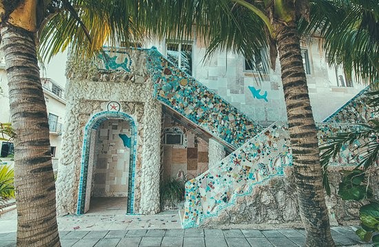 Alice Town, Bimini: Outdoor mosaic tiled shower and staircases