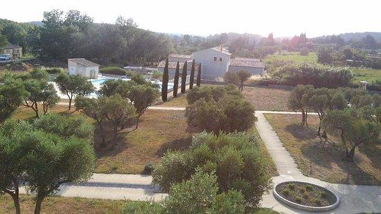 Lagrange Vacances Le Domaine de Bourgeac: Vue piscine- Espace verts