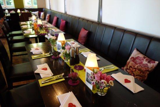 Sehr Schone Tischdeko Mit Frischen Blumen Bild Von Biberkeller