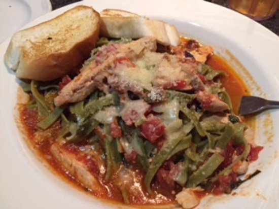 Sahm's Restaurant & Bar: yummy spinach pasta with spicy sauce and chicken