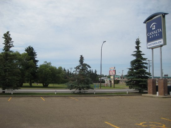Stettler, Kanada: View from parking lot on older side of hotel