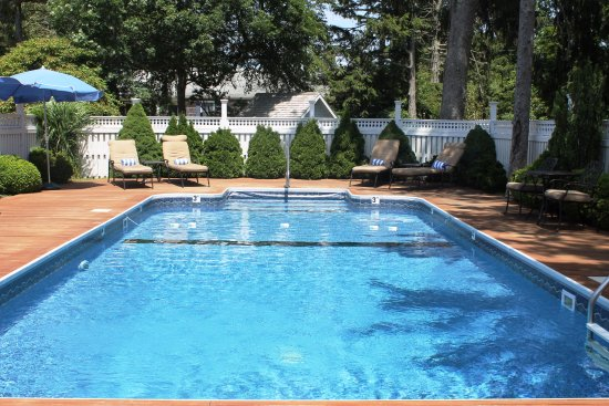 Captain's House Inn: Outdoor Heated Pool