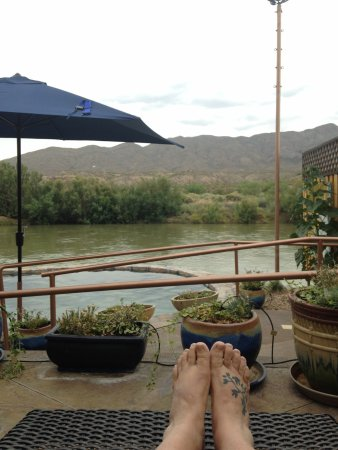 Riverbend Hot Springs: Relaxing in the lounge area by large soaking tub & Rio Grande