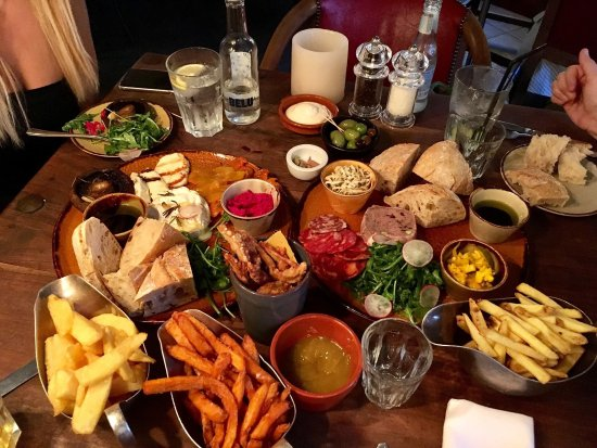 Freshford, UK: Fabulous evening, opted for sharing boards and starters... all very yummy to be recommended!