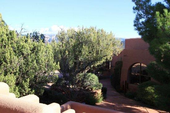 Alma de Sedona Inn Bed & Breakfast: View towards Airport Mesa from front patio/deck Desert Dreams & Native Spirits.