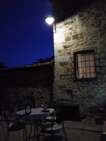 Podere Palazzolo: Terraza para cenar a la luz de la luna.