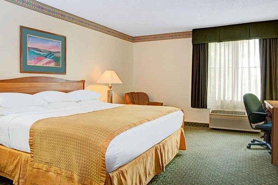 Baymont Inn & Suites Conroe/The Woodlands: photo1.jpg