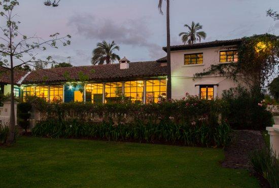 Casa de hacienda Su Merced : Fachada casa por la noche