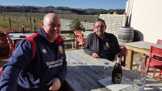 Martinborough, Yeni Zelanda: Lions rugby supporters relating after lunch at Margrain Vineyard Cafe