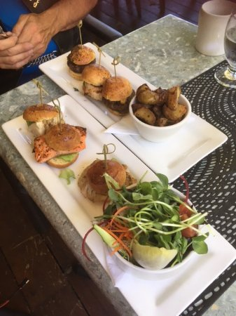 Courtenay, Canadá: sliders - Land burgers - bison, chicken and lamb with roast potatoes