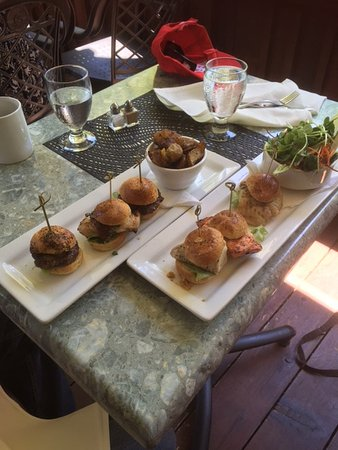 Куртенэ, Канада: Sea Burger sliders - salmon, snapper and albacore tuna with fresh greens and sprouts