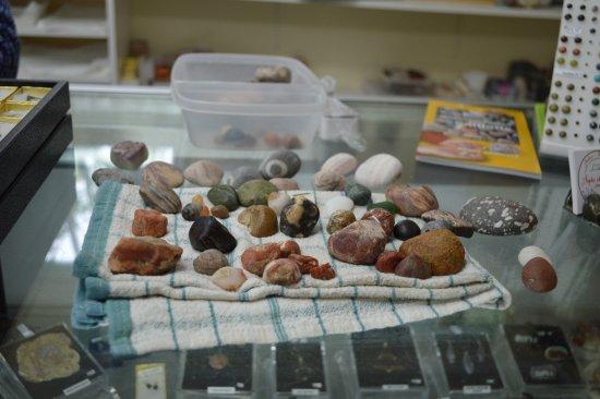 Perce, Canada: Exemple des différentes roches brutes que l'on peut trouver et faire tailler et polir...
