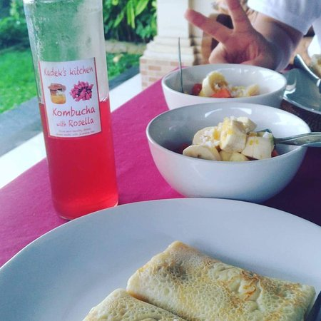 Bali Breeze Bungalows: Cute breakfast with fruits & banana pancake, yummy