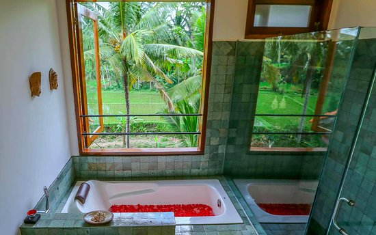 Villa Sancita: Master Bedroom Ensuite with oversized tub and standalone shower with those views!