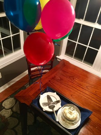 Shiloh Morning Inn: Birthday balloons and delicious cake upon arrival.   A nice amenity available from the owners.