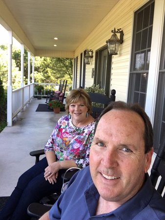Shiloh Morning Inn: Aaaahhhh!    So relaxing on the front porch.