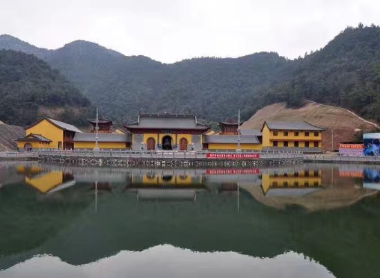 Xinyu, China: 仙女湖圣集寺建築宏偉及廣場