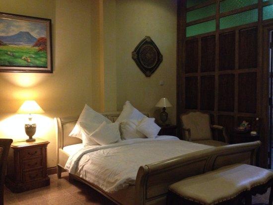Kayu Arum Resort: kamar dan dinding pemisah dengan kamar mandi