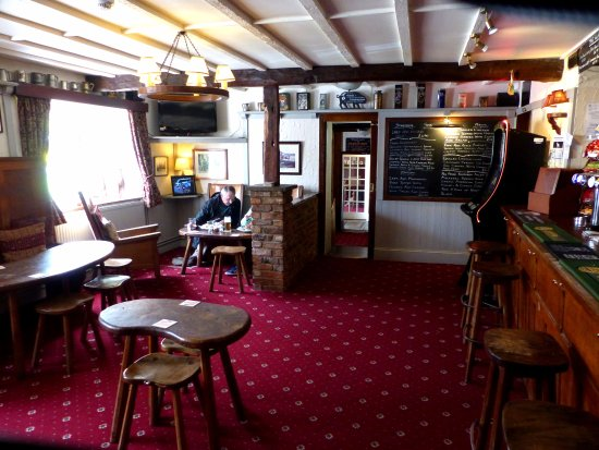 Kilburn, UK: Alternative view of the main bar,looking back towards the entrance