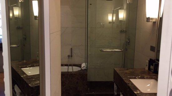 Bagno con doccia e vasca picture of melia genova genoa