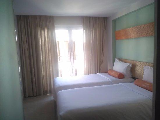 HARRIS Hotel & Residences Riverview Kuta : kamar tidur .. keren ada gulingnya :)