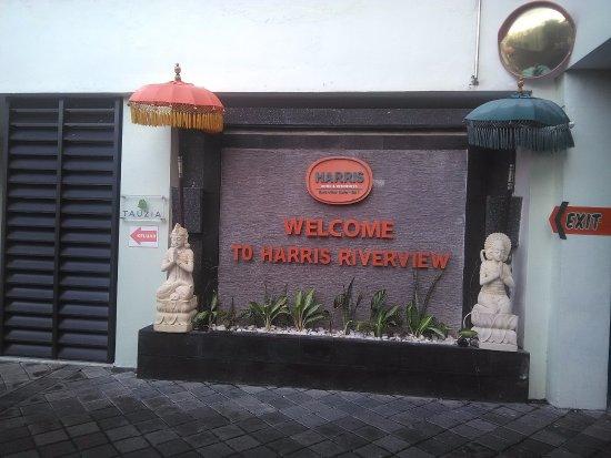 HARRIS Hotel & Residences Riverview Kuta : welcome di sebelah resepsionis