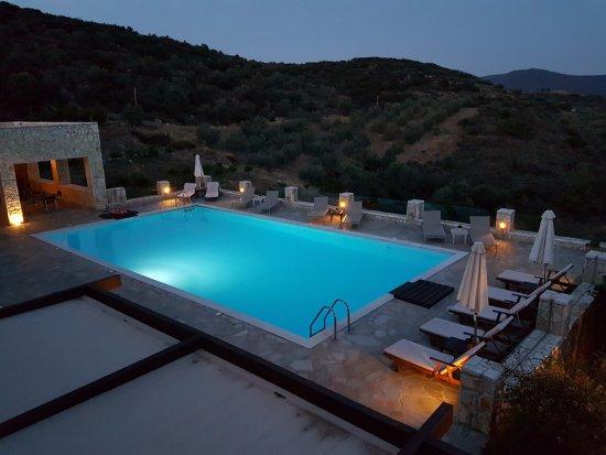 Hotel Perivoli: Night view of the pool