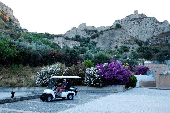 Golfcar con vista al castello di Roccella