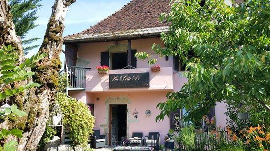 La Bridoire, فرنسا: Sicht vom Garten zum Haus