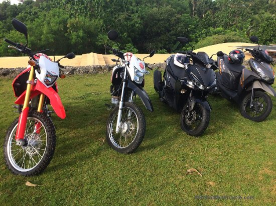 Baclayon, Filipina: lineup of motorcycles for rent