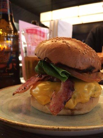 Gourmet Burger Kitchen: Burger avec crispy bacon et cheddar americain