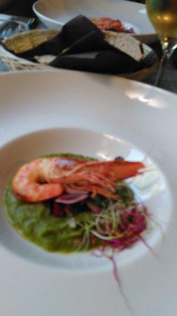 Quarante, France: Grosse crevette sur lit d'asperge