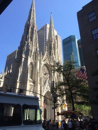 The Jewel facing Rockefeller Center: Chambre et vue de la chambre Proche de l'hotel l'eglise