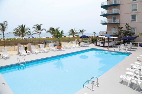 Oceanfront Pool And Sandshark Pool Bar Picture Of Doubletree By Hilton Ocean City Oceanfront Tripadvisor