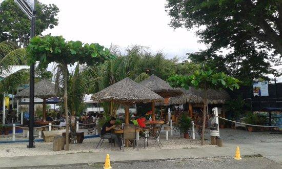 Isla Coco's Bar & Grill: Mesitas afuera